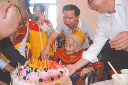 南充116岁老人过生 小镇居民争相沾喜气