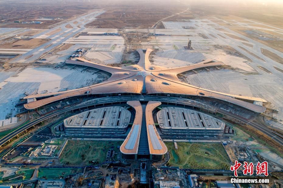 吴磊机场遇围堵 穿黄色开衫奶萌可爱
