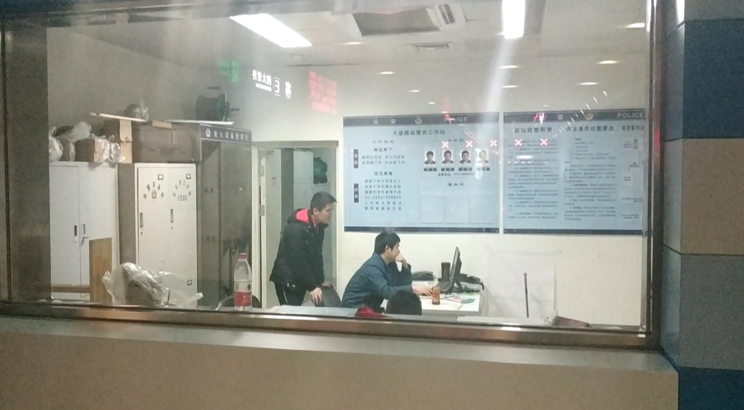 做事人员在大看路地铁站警务室调取监控。新京报记者 刘名洋摄