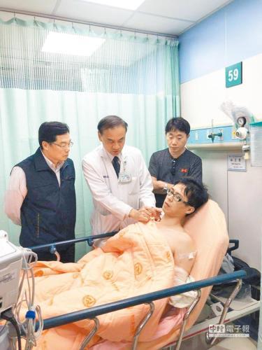 受伤警员。台湾《中国时报》记者谢琼云翻摄