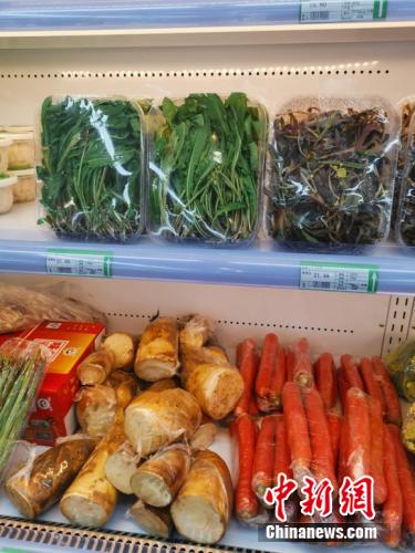 图为超市卖的野菜。 谢艺观 摄