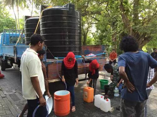 """▲原料图片:2014年,马尔代夫爆发主要""""水危险"""",图为当地民多在领取饮用水。(新华社)"""
