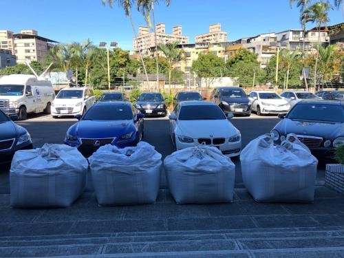当场查获的豪车与私运物品。台湾《说相符报》记者张宏业/摄影