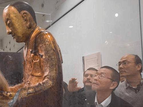 杨永前(右一)在不都雅察肉身佛像