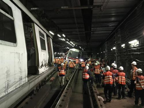 资料图:工作人员修复相撞列车。图片来源:香港电台网站