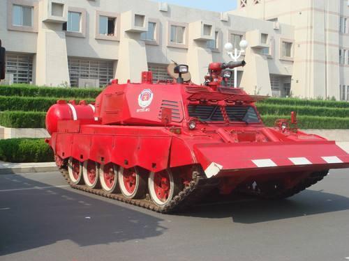 资料图片:基于国产坦克改装的消防坦克,配备消防水炮。(图片来源于网络)