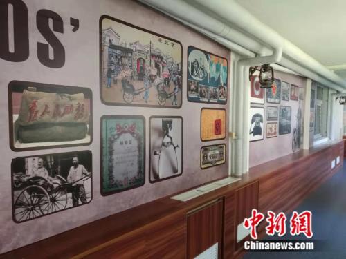 北京老年医院老年认知障碍诊疗中心内,走廊墙壁上特意张贴了老人们熟悉的老照片,有助于患者的治疗。 中新网记者 张尼 摄