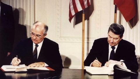 苏联与美国签署《中导条约》