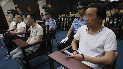滕某(右一)等四人受审。新京报记者 王贵彬 摄