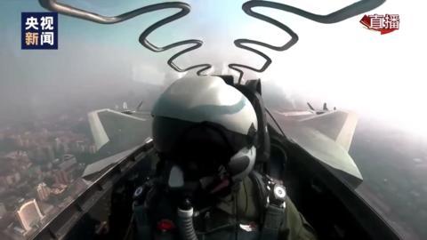 10月1日,歼-20参加阅兵式。(图源:央视网)