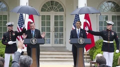 奥巴马要求海军陆战队士兵为埃尔多安打伞。(图源:福克斯新闻)