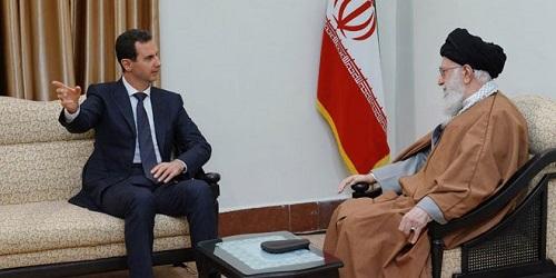 2月25日,在伊朗德黑兰,伊朗最高领袖哈梅内伊(右)会见叙利亚总统巴沙尔·阿萨德。来源:新华社/叙通社