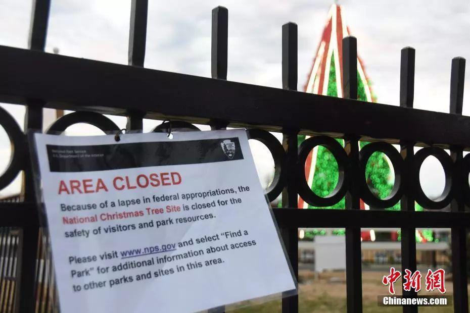 """资料图:2018年12月23日,白宫前的国家圣诞树区域因""""政府拨款缺失""""而关闭。中新社记者 沙晗汀 摄"""