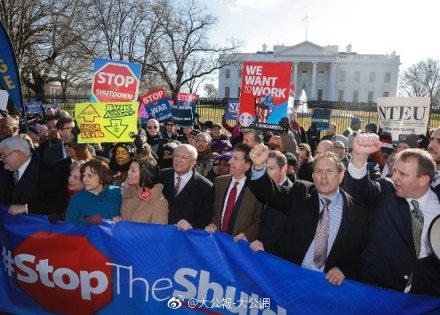 美国公务员白宫前抗议罢工停薪 @小年夜公报