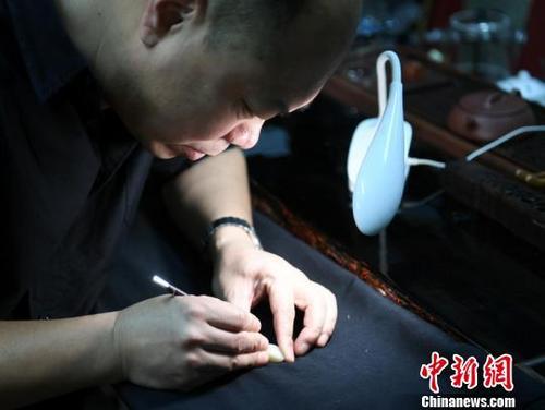 吉林男子自学裸眼微雕古诗词传播传统文化 张