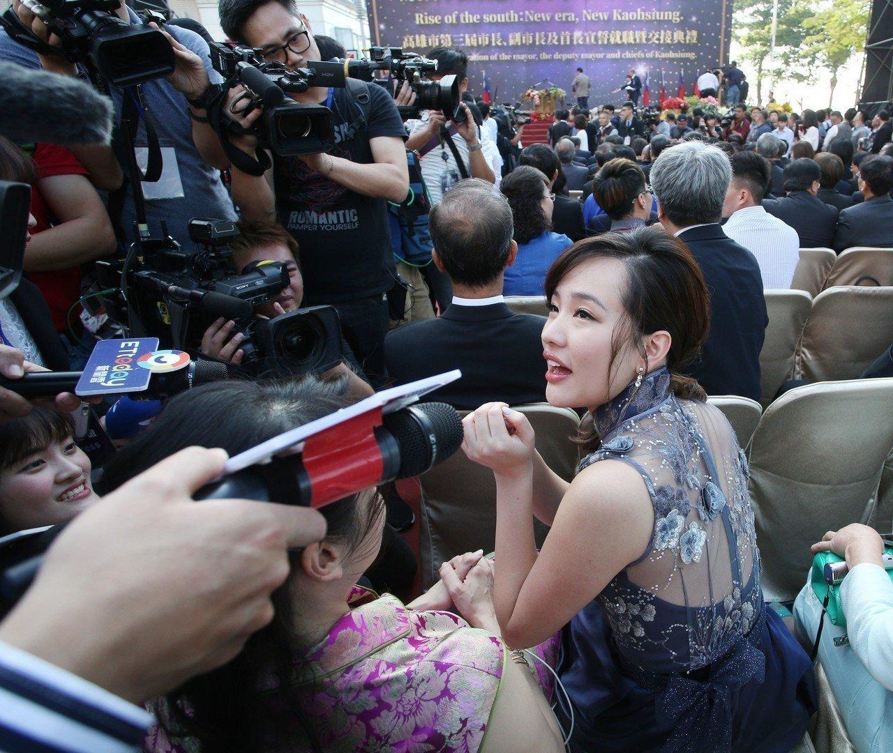 韩国瑜就职演说 台下民众都忙着和他女儿合影