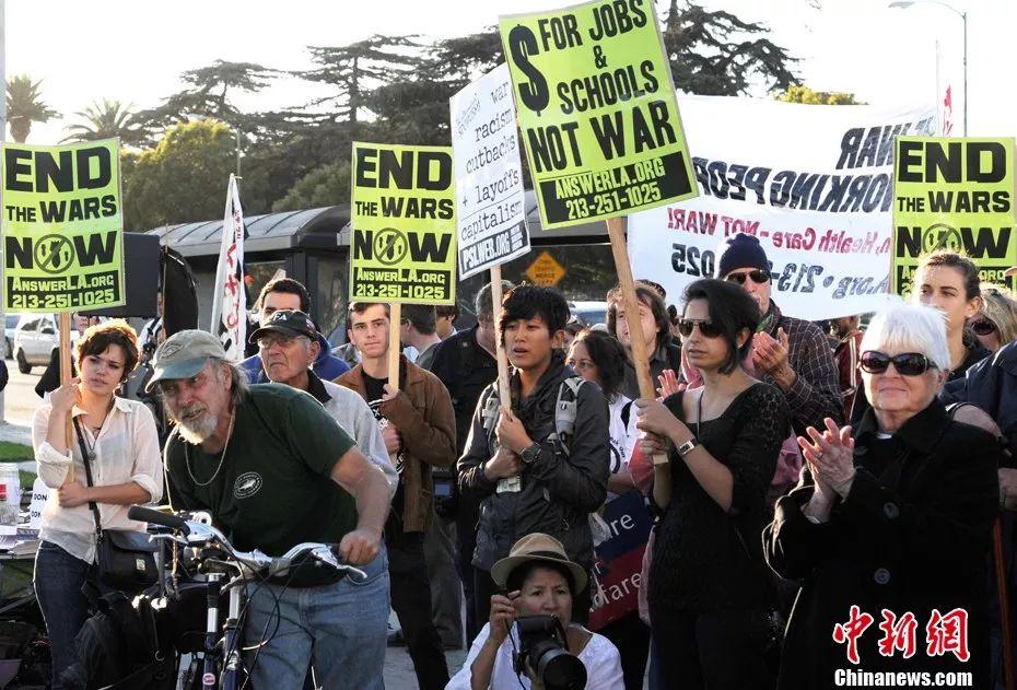 ▲资料图片:2011年10月7日,大批民众聚集在洛杉矶市西部威尔郡大街联邦大楼外举行示威抗议,纪念阿富汗战争十周年 。