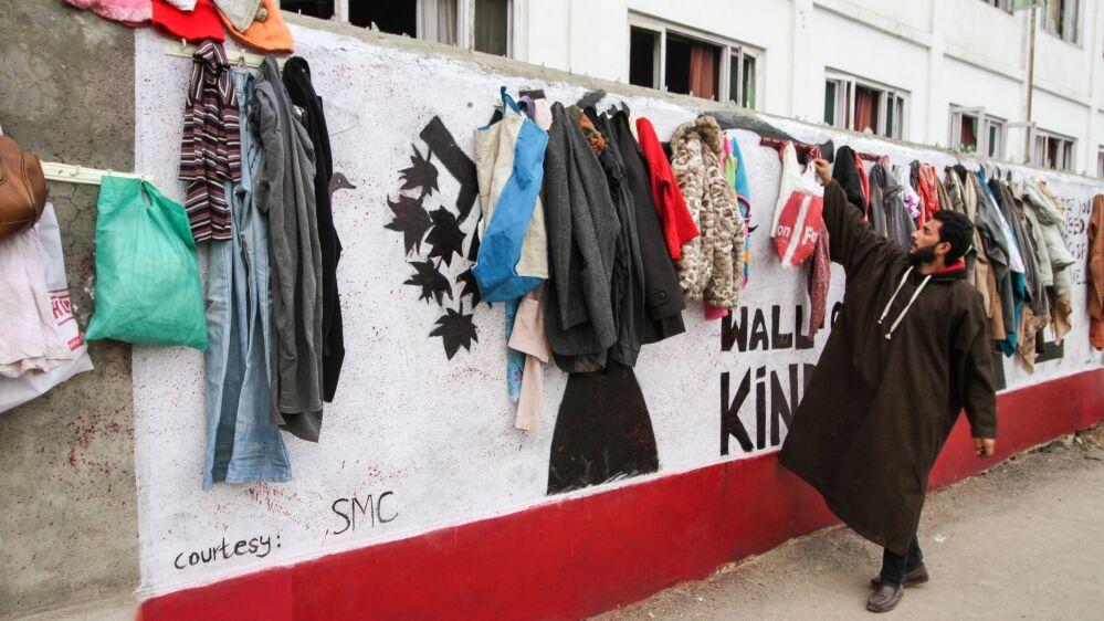 在斯利那添,别名年轻外子正在去墙上悬挂衣物(半岛电视台)