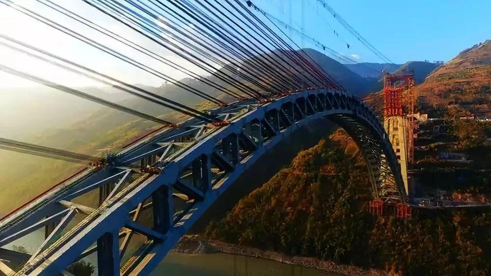 12月10日,大瑞铁路怒江四线特大桥钢桁拱合龙,标志着大瑞铁路重难点工程建设取得重大突破。新华网发(张伟明 摄)