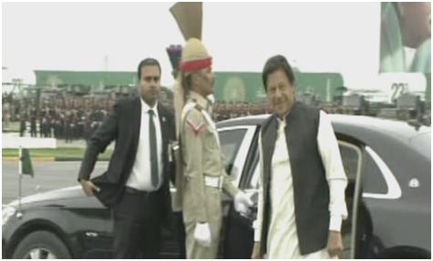 (巴基斯坦总理伊姆兰·汗到达阅兵场 图源:《黎明报》)