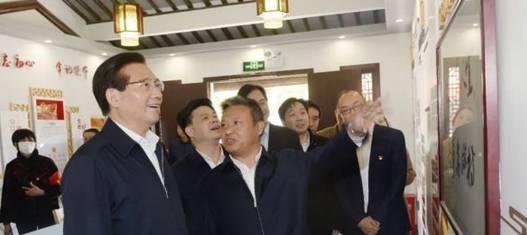 黄钦(左一)