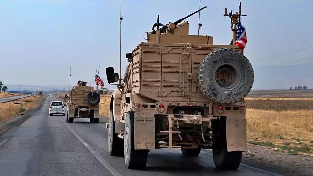 100辆从叙撤离的美装甲车抵达伊拉克 曾被投石块