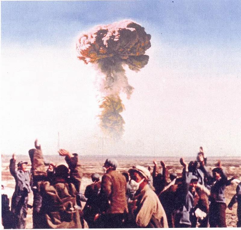 △我国第一颗原子弹爆炸成功时,激动的科研工作者