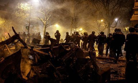 示威者竖立路障(来源:英国卫报网)
