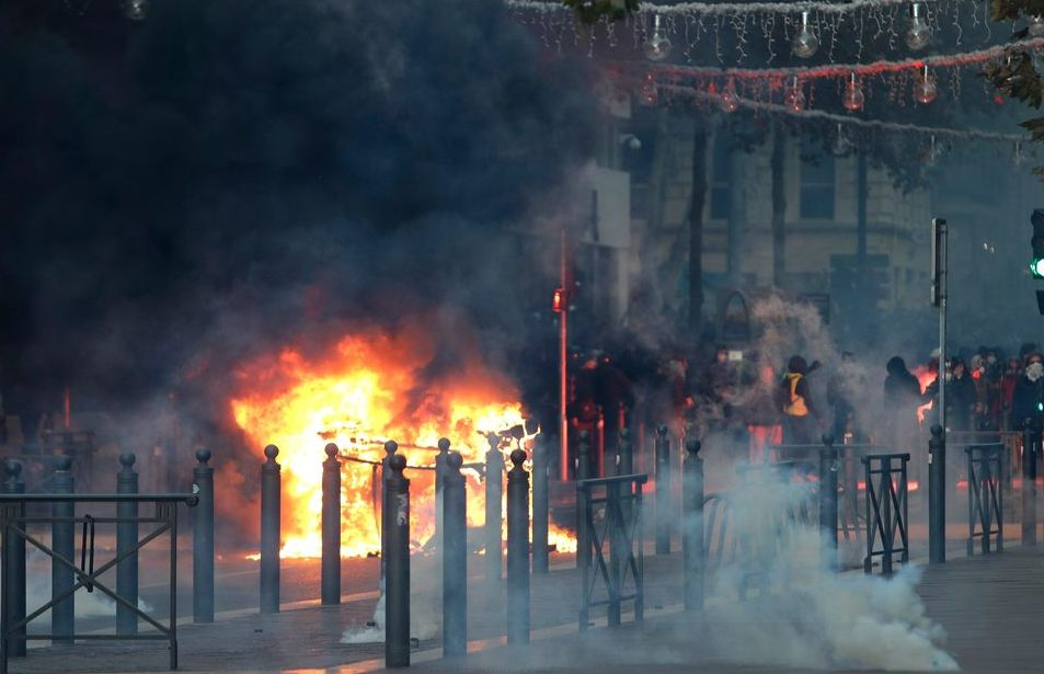巴黎骚乱后的一地鸡毛 图源:外交媒体