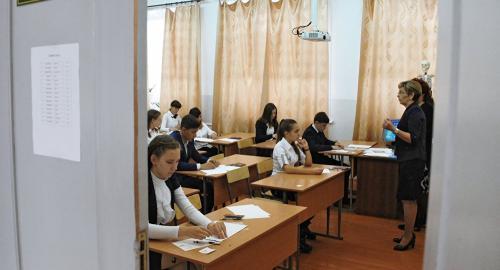 俄罗斯学生在参加中文考试。图片来源:俄罗斯卫星通讯社