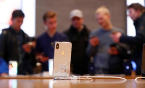 在德国柏林的苹果专卖店,人们正在不雅旁观iPhone X发布会。(路透社)