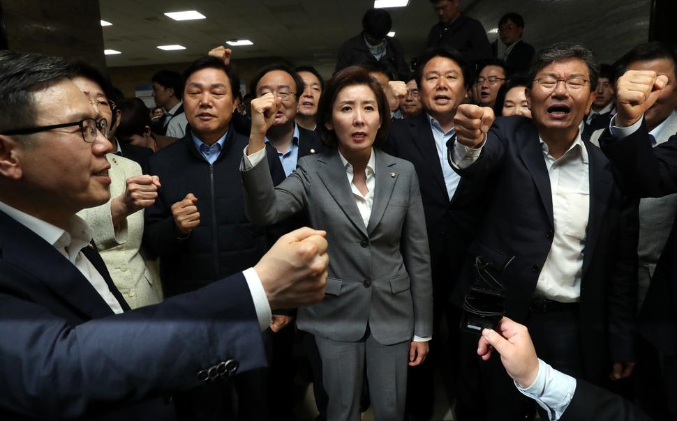 自由韩国党女党鞭率领众人高喊口号(《韩民族》)