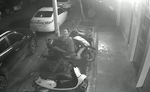 盗贼轻盈将摩托车拎了首来。(Youtube视频截图)