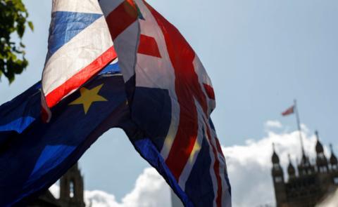 这是9月4日在英国伦敦的议会大厦外拍摄的英国国旗和欧盟旗帜。(新华社记者韩岩摄)