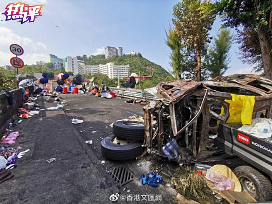 △香港文汇报:黑衣魔在香港中文大学二号桥留下一片残垣败瓦