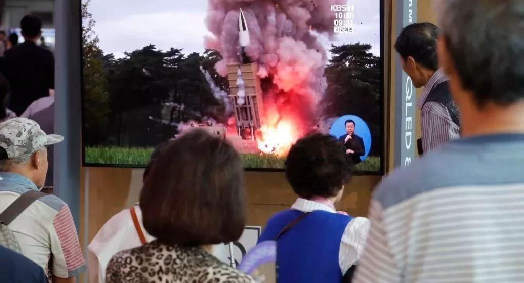 ▲9月10日,民众在韩国首尔火车站观看朝鲜发射飞行物的新闻节目。