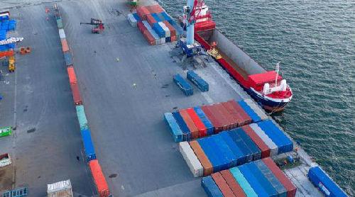 中欧班列的集装箱12日乘轮渡抵达德国穆克兰港(德国Nordkurier网站)