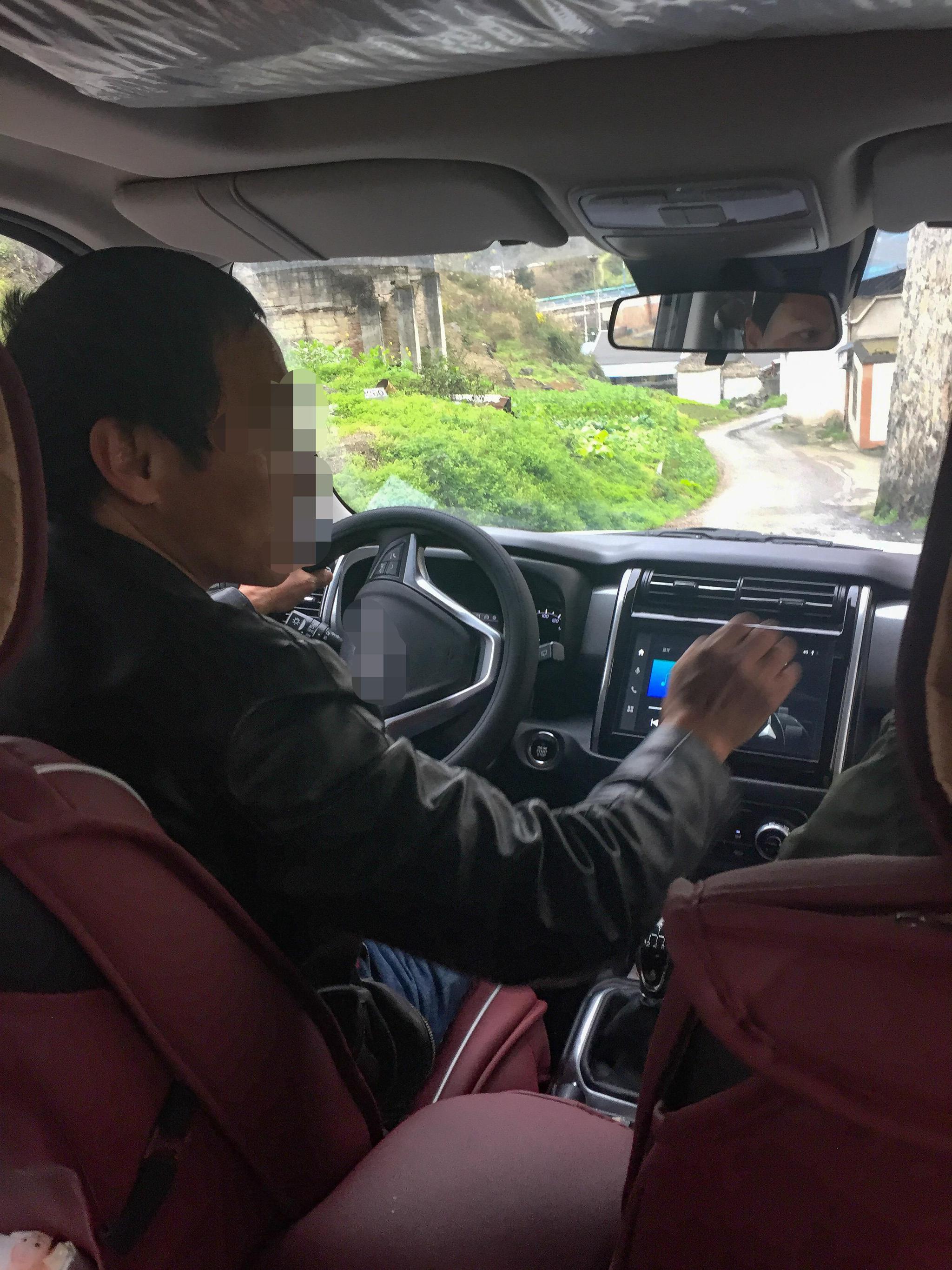 陈建荣(化名)带记者去他的作坊,在车上他讲述了洞藏酒的内幕 图/新京报记者 郑新洽