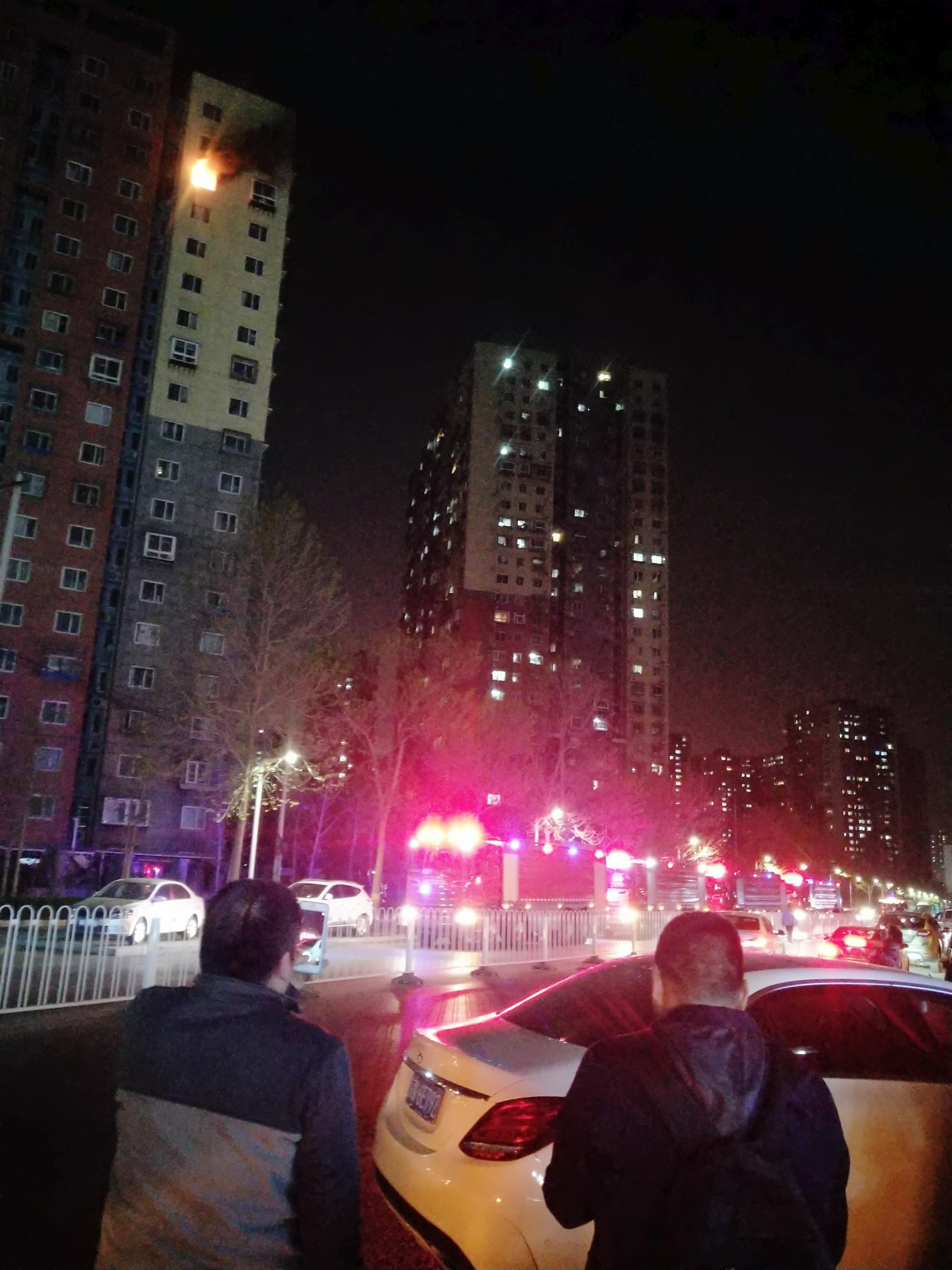今日(4月7日)晚间,位于北京市朝阳区的金隅丽景园内有居民楼起火。 受访者供图