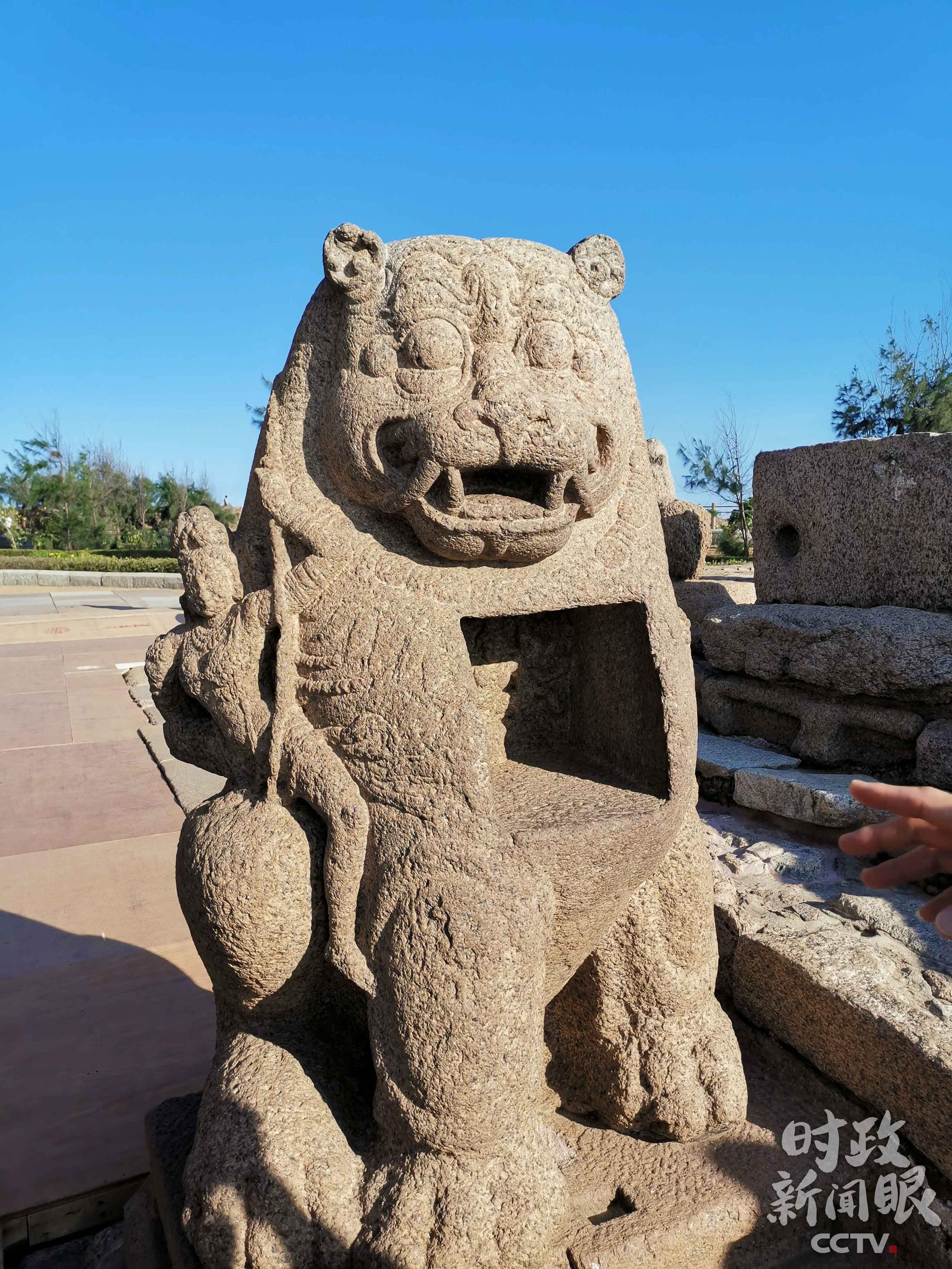 △海岸神庙也有一座石狮子,笑容可掬,似乎正在和人逗趣。(央视记者杨立峰拍摄)