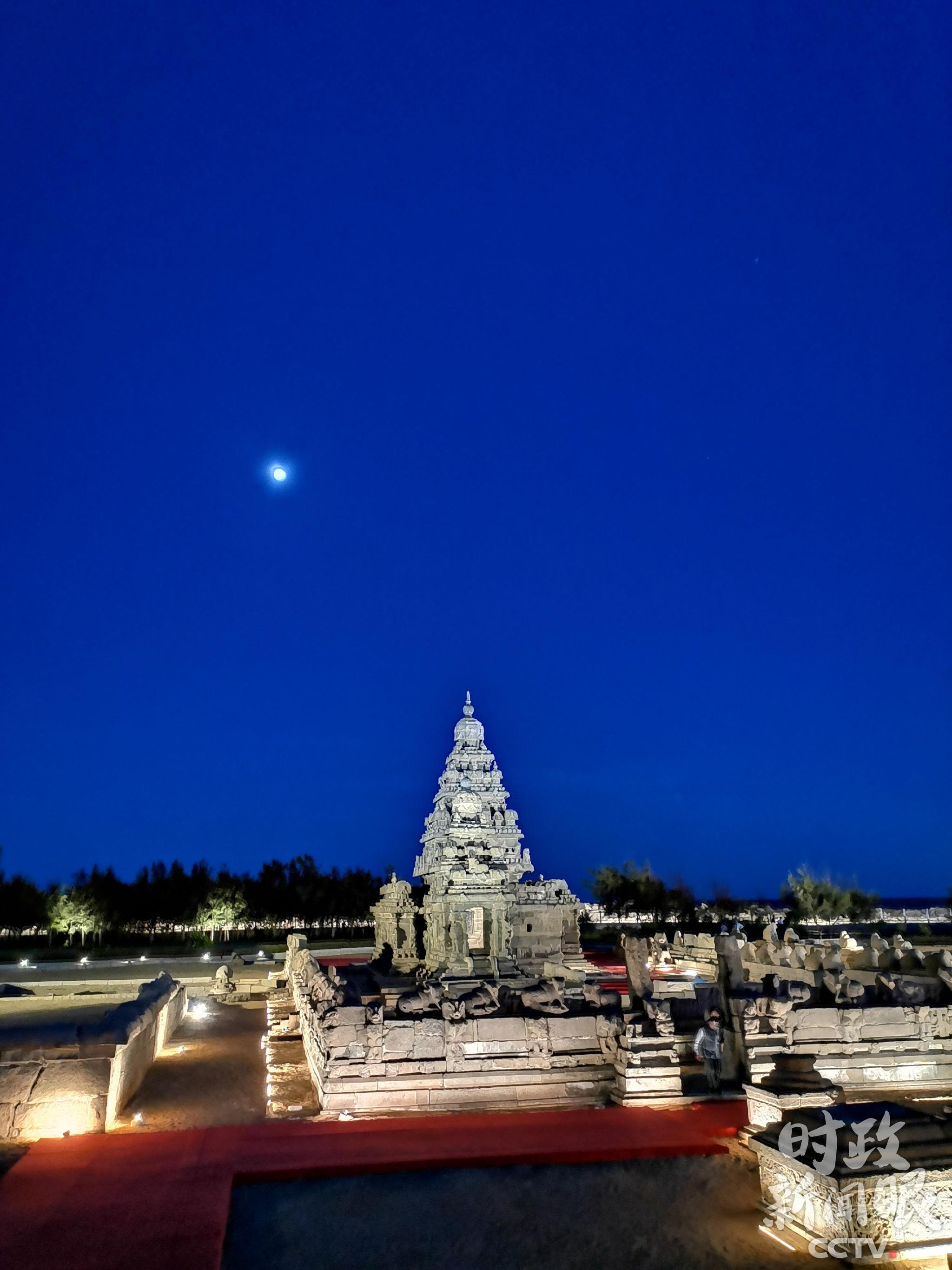 △月色下的海岸神庙。(央视记者杨立峰拍摄)