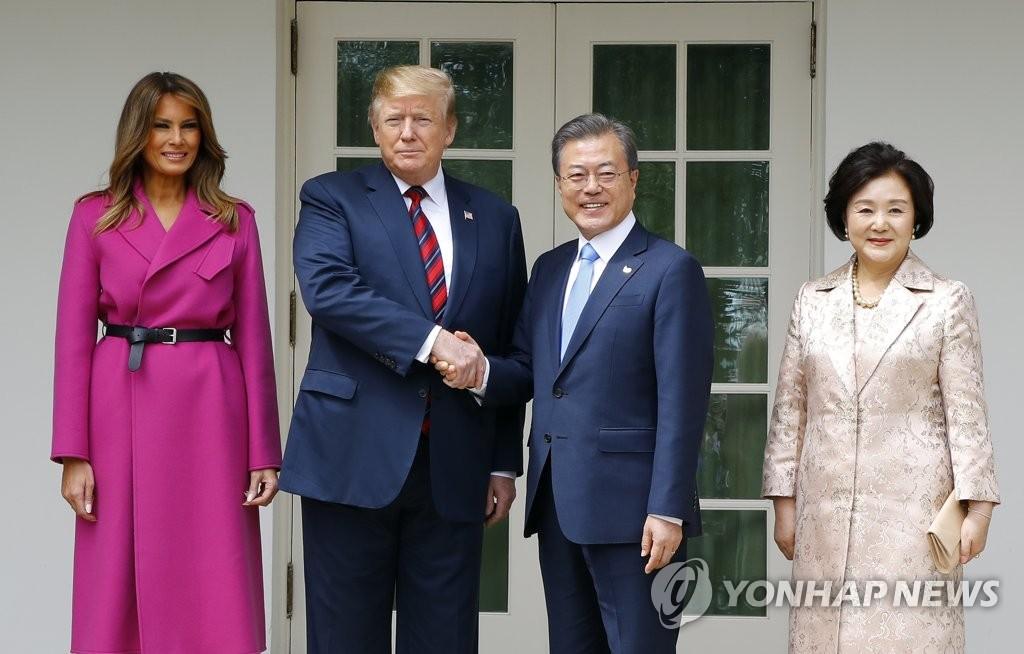 当地时间11日,韩美领导人夫妇在白宫相符影。(图/青瓦台)