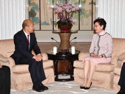 22日上午,香港特首林郑月娥(右)在礼宾府与到访的高雄市市长韩国瑜(左)会面。图片来源:香港特区政府新闻公报