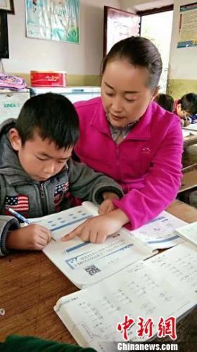 张蓉辅导门生学习。 钟欣 摄