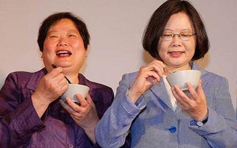 """蔡英文(右)的外姐,前""""劳行部长""""林美珠(左)接任台湾金联董座。(图片来自台媒)"""