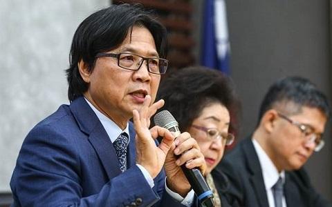 """台""""哺育部长""""叶俊荣(左一)。(图片来自台媒)"""