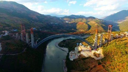 高空俯瞰大瑞铁路怒江四线特大桥。新华网发(张伟明 摄)