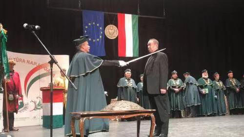 """张国治先生在匈牙利""""文化骑士""""称号授予仪式上。(图片来源:匈牙利《欧洲论坛报》)"""