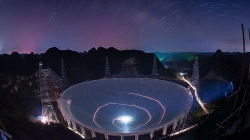 """中国使用球面射电望远镜""""天眼""""来探索太空(美联社资料图片)"""