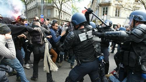 应对黄马甲示威活动的法国警察/图自France 24网站
